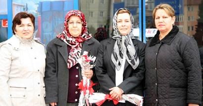 MHP'li kadınlar 14 Mart'ı çiçek dağıtarak kutladı