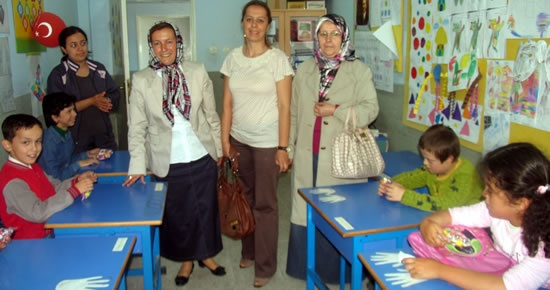 MHP'li kadınlardan Umut İlköğretim Okulu'na ziyaret