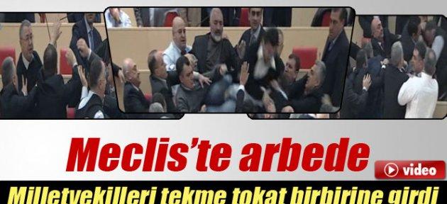 Milletvekilleri tekme tokat birbirine girdi
