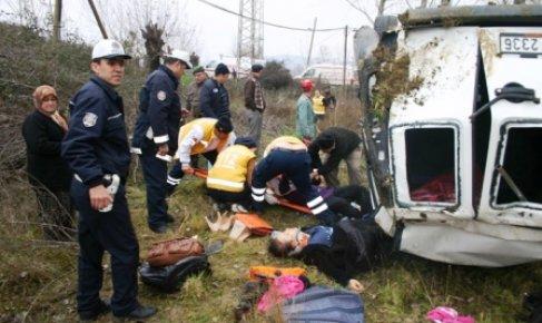 Minibüs tarlaya uçtu: 6 yaralı