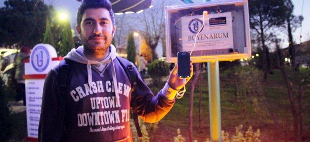 Öğrenciler Telefonlarını Güneş Enerjisiyle Şarj Ediyor