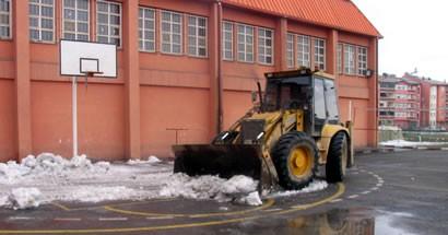 Okul bahçelerindeki karlar temizleniyor