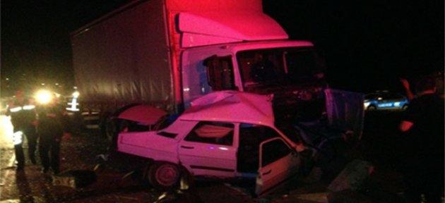 Otomobil kamyonun altına girdi: 2 Ölü
