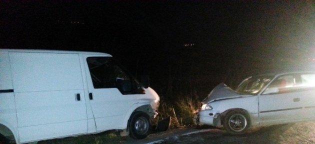 Otomobille Kamyonet Kafa Kafaya Çarpıştı: 7 Yaralı