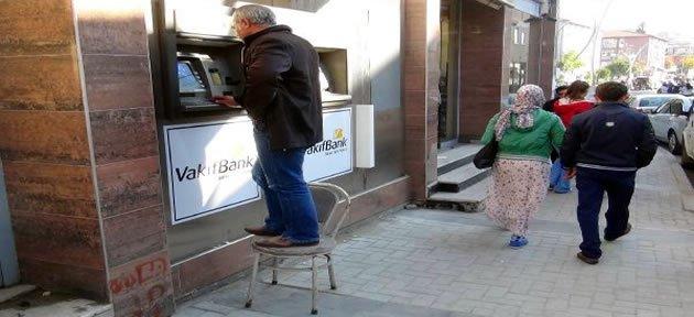 Sandalyenin Üzerine Çıkarak Para Çektiler