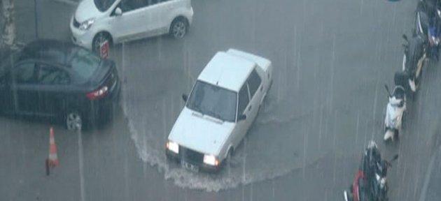 Sel otomobilleri böyle sürükledi