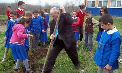 Serdarlı öğrenciler 160 fidan dikti
