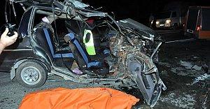 Otomobil Traktöre Çarptı: 1 Ölü, 4 Yaralı