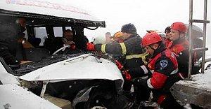Minibüs TIR`a çarptı: 11 yaralı
