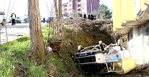Belediye kamyoneti devrildi, 3 işçi yaralandı