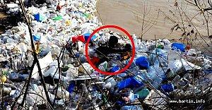 Jandarma Çöplerin Arasında O'nu Arıyor