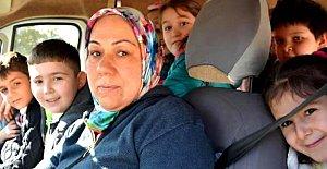 Kadın servis şoförü öğrencilerin okulu ile de ilgileniyor