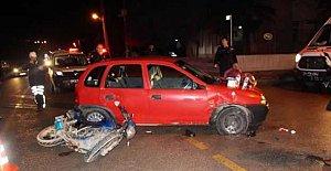 Otomobille çarpışan motosiklette 2 genç yaralandı