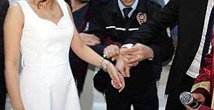 Polis çifte kelepçe sürprizi