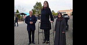 18 yaş altı dünyanın en uzun boylu kızı YGS'ye yatak üzerinde girdi