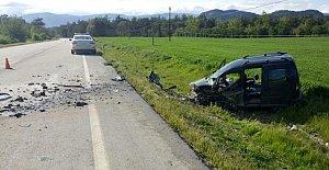 Otomobil ve hafif ticari araç çarpıştı: 3 yaralı