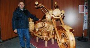 Ağaçtan motosiklet yaptı