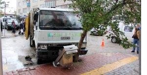 Freni boşalan çöp kamyonu dehşet saçtı