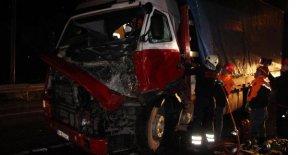 Kazada sıkışan TIR sürücüsünü itfaiye kurtardı