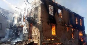 2 katlı ev ve samanlık kül oldu