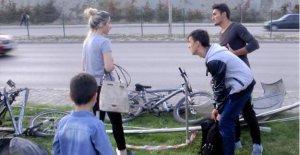 Otomobil bisikletli çocukların arasına daldı