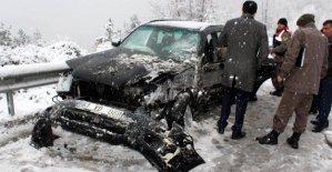 Otobüs ve otomobil çarpıştı: 2 yaralı