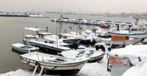 Ağları donan balıkçılar denize açılamadı