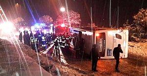 Yolcu otobüsü buzlu yolda kaydı: 2 ölü 6 yaralı