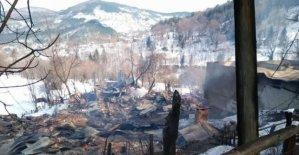 Köydeki 7 ev yanarak kül oldu