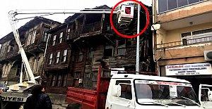 Tehlike oluşturan binanın bir kısmı yıkıldı