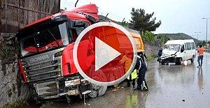Minibüs TIR'a çarptı: 5 yaralı