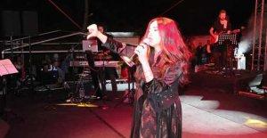 Şarkıcı Betül Demir,...