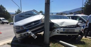 Kavşakta İki Otomobil Çarpıştı: 3 Yaralı