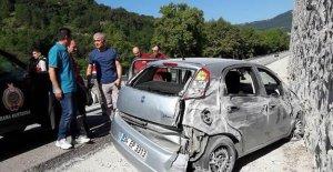 Otomobil istinat duvarına çarptı: 4 yaralı