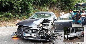 İki araç kafa kafaya çarpıştı:...