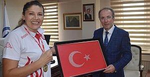 Rektör Uzun'dan Avrupa Şampiyonu Demir'e tebrik