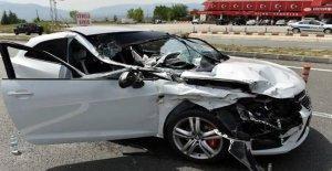 Tır'a Çarpan Otomobildeki 2 Kişi Yaralandı