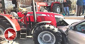 Otomobil traktör bayiine girdi: 1 yaralı