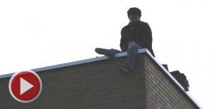 Parasını alamayınca, çalıştığı inşaatın çatısına çıktı