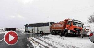 Karla mücadele aracı, otobüs ve minibüsle çarpıştı: 6 yaralı