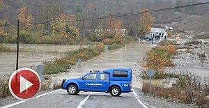 Sel suları 2 beldeye ulaşımı kapattı