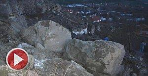 Tepeden kopan kayalar garajın üstüne düştü