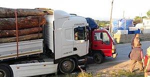 Tomruk yüklü TIR, kamyonete çarptı:...