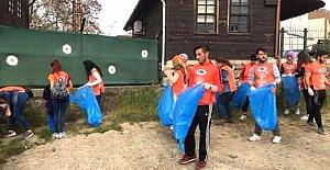 Üniversite Öğrencileri Irmaktan Çöp Topladı