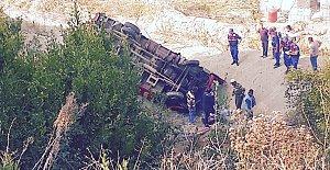 Baraj Yolunda Kamyonet Devrildi: 2 Yaralı