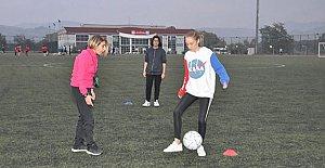 İkiz Kız Kardeşler Futbol Takımı Çalıştırıyor