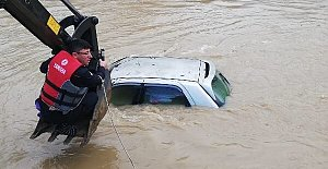 Yükselen Sular Otomobili Yuttu