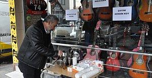 Kahvehaneler kapanınca ücretsiz çay dağıttı