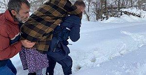 Jandarma, Zehirlenen Aileyi Sırtında Taşıdı
