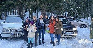 Yaylalarda kar altında piknik yapıp eğlendiler